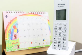 予約に使用する電話とカレンダー