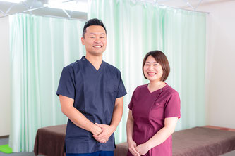 患者を見送る鍼灸師と受付
