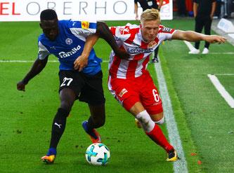 Kingsley Schindler gegen Unions Kristian Pedersen beim 4:3 in Berlin. Foto: Patrick Nawe