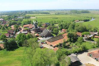 Ein Luftbild des Woldenhofes, im Zentrum ist eine historische Mühle zu sehen.