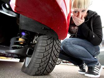 Platt, und nun? Die GTÜ hat acht Reifenpannensets unter die Lupe genommen, die bei platten Pneus eine Weiterfahrt ermöglichen sollen. Foto: K. Tschovikov/GTÜ/dpa-tmn