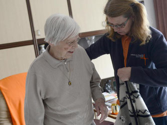 Wer auf Pflege angewiesen ist, braucht mitunter schnell Hilfe. Daher ist es gut, wenn der beauftragte Pflegedienst nicht zu weit vom Wohnort entfernt ist. Foto: Caroline Seidel