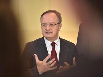 SPD-Fraktionsvorsitzender Andreas Stoch spricht zu Journalisten. Foto: Lino Mirgeler