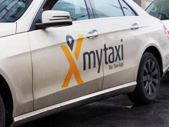 Nach den Taxizentralen der Genossenschaft Taxi Deutschland führt auch der App-Anbieter MyTaxi die Taxi-Bestellung per WhatsApp ein. Foto: Wolfram Steinberg/Illustration