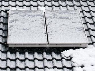Eis und Schnee können der Solaranlage im Winter zugesetzt haben. Die Schäden wirken sich auf den Ertrag im Frühjahr aus. Foto: Andrea Warnecke