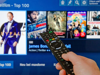 Direkt vom Sofa in die Online-Videothek: Mit einem internetfähigen Fernseher kann man Filme im Netz ausleihen. Foto: Andrea Warnecke