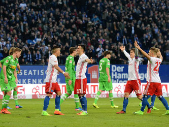 Die Hamburger Rothosen bejubeln den Treffer von Filip Kostic (M) zum 1:1. Foto: Daniel Reinhardt