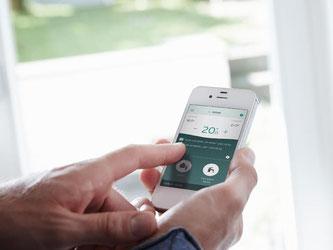 Hersteller wie Vaillant entwickeln Apps und Plattformen, mit denen sich Heizung und Temperatur in jedem Raum bedarfsorientiert steuern lassen – egal von welchem Ort aus. Das steigert den Komfort und hilft, Energie zu sparen.  Foto: Vaillant/dpa-tmn