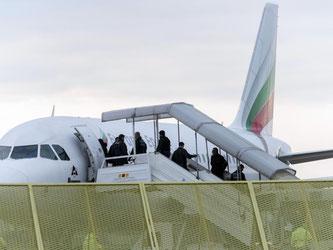 Abgelehnte Asylbewerber steigen am Baden-Airport in ein Flugzeug. Foto: Daniel Maurer/Archiv