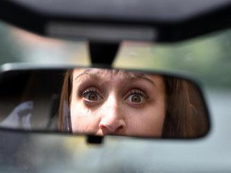Die Angst im Nacken: In Extremfällen kann Panik das Autofahren unmöglich machen. Foto: Jens Kalaene