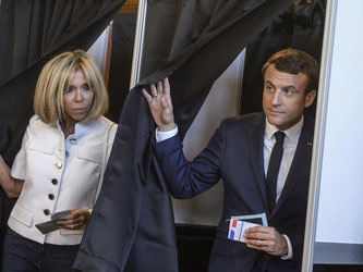 Der französische Staatspräsident Emmanuel Macron und seine Ehefrau Brigitte nach der Stimmabgabe in Le Touquet. Foto: Emmanuel Macron