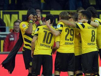 Batman und Robin feiern den Dortmunder Sieg: Nach dem 1:0 verkleiden sich Pierre-Emerick Aubameyang (l) und Marco Reus als Comic-Helden. Foto: Federico Gambarini