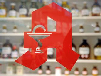 Das Logo an einer Apotheke. Foto: Uli Deck/Archiv