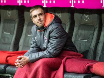 Philipp Lahm sitzt in der Allianz Arena auf der Bayern-Bank. Foto: Matthias Balk
