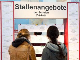 Zwei Frauen stehen auf der Bildungsmesse Didacta in Stuttgart. Foto: Sebastian Kahnert