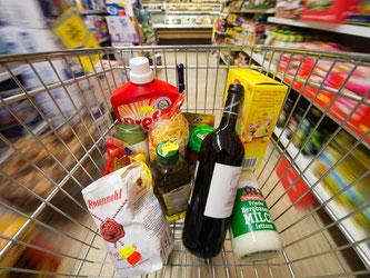 Erst im Einkaufswagen, nachher im Müll: Laut WWF werden bundesweit rund 18 Millionen Tonnen Lebensmittel weggeworfen. Foto: Armin Weigel