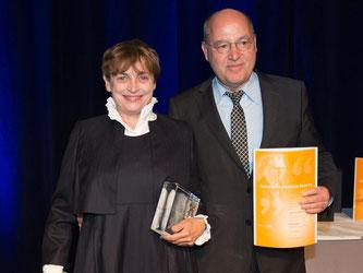 Katharina Thalbach mit dem Jacob-Grimm-Preis neben Laudator Gregor Gysi(Die Linke). Foto: S.Pförtner