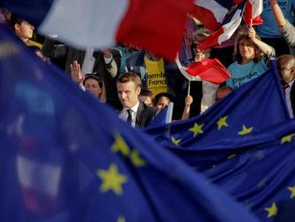 Der sozialliberale Kandidat winkt seinen Anhängern bei einer Wahlkampfveranstaltung in Albi zu. Foto: Christophe Ena