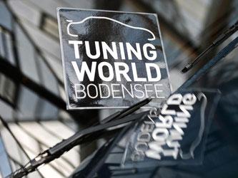 Das Logo der Tuning-World Bodensee auf der Motorhaube eines VW Golfs. Foto: Felix Kästle/Archiv