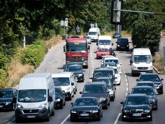 Autos fahren über die Straße «Am Neckartor». Foto: Daniel Naupold/Archiv