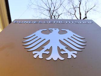 Ein Hinweisschild mit dem Bundesadler vor dem Bundesgerichtshof (BGH) in Karlsruhe. Foto: Uli Deck