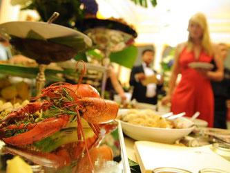 Am Buffet ist Zurückhaltung gefragt: Lieber mehrmals gehen statt Berge von Essen auf den Teller schaufeln - das wirkt stillos. Foto: Jens Kalaene