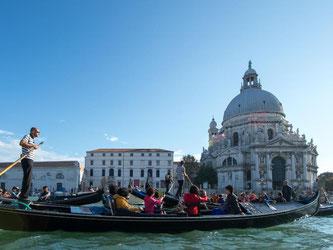 Romantisch: eine Gondelfahrt durch den Canal Grande. Venedig weckt die Sehnsüchte von Verliebten. Foto: Andrea Warnecke