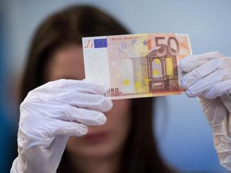 Ein genauer Blick kann viel Ärger sparen: Falschgeld erkennt man am Hologramm, Wasserzeichen und Relief. Foto: Sven Hoppe