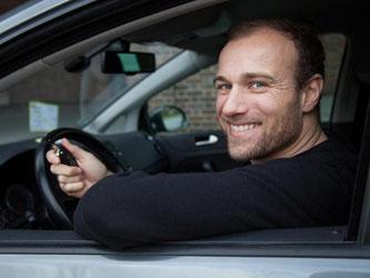 Das freut den Autofahrer: Oft bringen ein Versicherungswechsel oder eine neue Einstufung beim bisherigen Anbieter günstigere Konditionen. Foto: Christin Klose