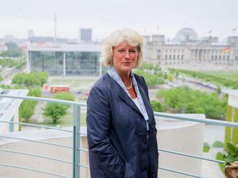 Monika Grütters steht auf dem Balkon des Bundeskanzleramtes in Berlin. Foto: Kay Nietfeld/Archiv