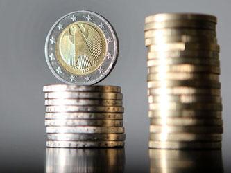 Gestapelte Euro-Münzen. Foto: Oliver Berg/Archiv