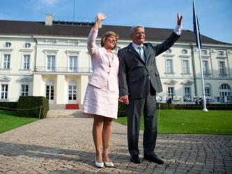 Bundespräsident Joachim Gauck und seine Lebensgefährtin Daniela Schadt vor dem Schloss Bellevue in Berlin. Foto: Bernd von Jutrczenka/Archiv