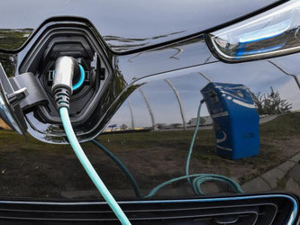 Ein Elektroauto wird an einer Ladesäule aufgeladen. Foto: Patrick Pleul/dpa-Zentralbild/Archiv
