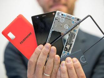 Einen nachhaltigen Ansatz verfolgen die Hersteller des Fairphones. Foto: Daniel Karmann/dpa