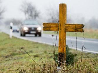 Kreuz am Straßenrand. Foto: Julian Stratenschulte/Archiv