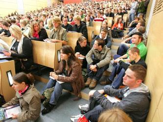In manchen Vorlesungen sitzen Hunderte von Studenten. Nach der Schule eine ziemliche Umstellung. Ab nun müssen Abiturienten sich selbst erarbeiten, welcher Lernstoff wichtig ist. Foto: Bernd Wüstneck