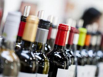 Die Deutschen achten auch bei Wein gern auf den Preis: Laut einer Marktuntersuchung wurde 2016 fast die Hälfte der Weinflaschen bei Discountern eingekauft. Foto: Rolf Vennenbernd