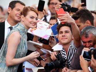 Selfie? Gern! Emma Stone auf dem roten Teppich beim Filmfestival von Venedig. Foto: Ettore Ferrari
