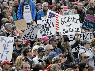 Wissenschaftler demonstrieren im Februar in Boston gegen die Trump-Regierung und für die Anerkennung der Bedeutung der Wissenschaft. Foto: Steven Senne