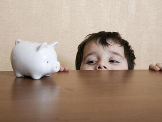 Ersparnisse wachsen lassen? Das Sparschwein ist nach Expertenmeinung die schlechteste Form, um für den Nachwuchs Geld anzulegen. Foto: beyond/Vladimir Godnik