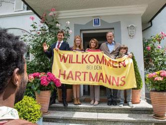 Die Hartmanns empfangen Diallo (Eric Kabongo). Foto: Warner Bros. Ent.