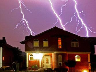 Ein Blitzschutz verhindert bei Gewittern das Schlimmste. Er besteht am besten aus einer Ableitung auf dem Dach sowie aus einem Überspannungsschutz im Haus. Foto: Georgi Licovski