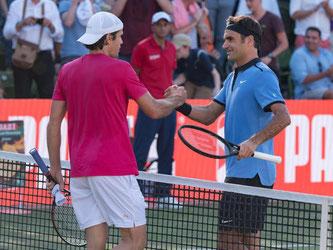 Roger Federer (rechts) gratuliert Tommy Haas zum Sieg. Foto: Daniel Maurer