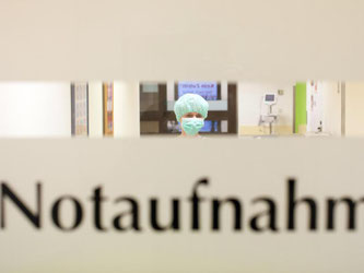 Klinikpersonal befindet sich in einer Notaufnahme. Foto: Friso Gentsch/Archiv