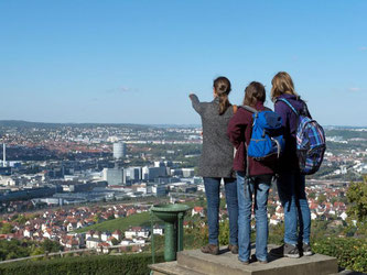 Junge Frauen betrachten den Stuttgarter Talkessel. Foto: Marijan Murat/Archiv
