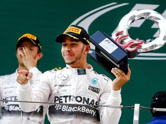 Lewis Hamilton darf sich über einen klaren Sieg freuen, Nico Rosberg gefällt der zweite Rang gar nicht. Foto: Diego Azubel