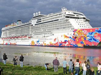 Der Kreuzfahrttourismus boomt seit Jahren. Jede Saison bringt mehr Passagiere auch in den Norden. Auch viele Schaulustige werden durch die großen Schiffe regelmäßig an die Ufer gelockt. Foto: Ingo Wagner