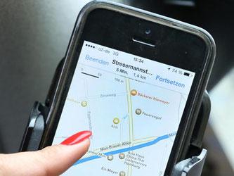 Einige Autoclubs liefern Informationen über Verkehrsbehinderungen direkt aufs Handy. Foto: Bodo Marks/dpa