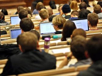 Laut einer Studie des Centrums für Hochschulentwicklung (CHE), teilen sich etwa 63 Studenten einen Professor. Foto: Jan Woitas