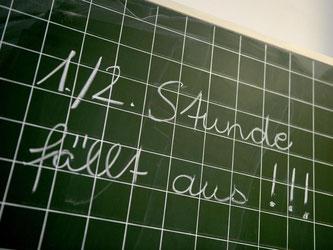 Tafel in Grundschule. Angestellte Lehrer legen die Arbeit nieder. Foto: Caroline Seidel/Archiv
